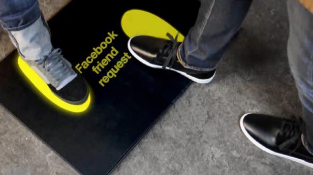 Dodanie do znajomych naFacebooku przy pomocy butów KarmaTech