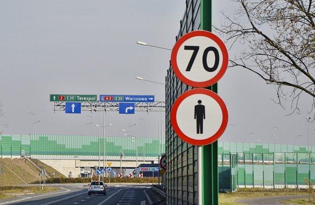 znak drogowy - 10 złotych zasad bezpieczeństwa FIA: zasada trzecia – przestrzeganie ograniczeń prędkości